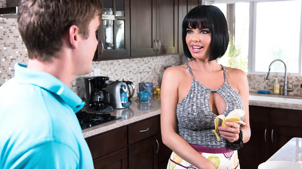 Veronica Avluv in Banana Nut Muffin